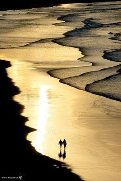 Romantic walk on the beach, Australia - نزهة رومانسية على الشاطئ، أستراليا