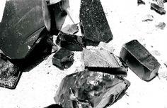 OBSIDIANA:Esta piedra trae la objetividad y desapego. Reduce la fantasía y escapismo. Absorbe y disuelve el enojo, la crítica, el miedo, y es de protección. Esta piedra inusual absorbe la oscuridad y la convierte a la energía de luz blanca. Cuando se está evolucionado y ya se ha superado la primera etapa de aceptación y superación es una piedra cálida y amable que se utiliza en el Chakra Raíz, potencia los instintos de supervivencia.