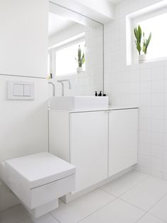 Minimal bathroom // time of the aquarius: less is more ------ vähemmällä enemmän