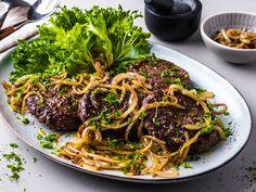 Hjemmelagde karbonader med løk Steak, Spaghetti, Food And Drink, Beef, Ethnic Recipes, Beautiful, Meat, Steaks, Noodle