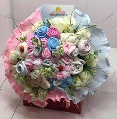 Επιλέξτε τιμή! Ανθοδέσμη με μωρουδιακά για νεογέννητα δίδυμα αγοράκι και κοριτσάκι για να προσφέρετε στους νεους γονείς Shower Party, Baby Shower Parties, Baby Bouquet, Floral Wreath, Wreaths, Home Decor, Diaper Parties, Floral Crown, Decoration Home