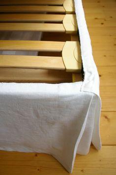 n'y pense pas, mais le fait de dissimuler un cadre de lit et accessoirement TOUT ce qu'il y a en dessous (je ne parle pas des poussières ^^ mais des coffres de rangement), ça change définitivement le look d'une pièce!