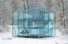 Lo studio di architettura Santambrogio Milano ha progettato una stupefacente casa di vetro dove persino i mobili, sono trasparenti!
