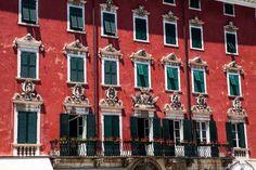 Costruito nella prima metà del XVIII secolo, su progetto dell'architetto Alessandro Bergamini, il palazzo del Medico rappresenta uno dei più bei palazzi di Carrara.  Sontuoso all'esterno con la sua facciata di un rosso intenso e dagli sfarzosi ornamenti in marmo....incredibile all'interno con i suoi affreschi e i suoi marmi pregiati. #carrara #tuscany #italy