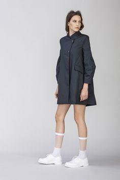"""RE-BELLO ist das erste Fashion-Label """"Made in Italy"""", das sich mit den Begriffen von Verantwortung und Innovation auseinandersetzt, indem es Stil, hochwertiges Design und Mode mit Respekt vor Umweltthemen verbindet.Der Fokus liegt auf der Verwendung von nachhaltigen Materialien, die sich durch höchste Komfortstandards auszeichnen. Zeitgemäßes Design und den Respekt vor Mensch und Umwelt in Einklang bringen: das ist unsere Mission."""