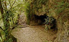 San Juan Xar - Una cueva sagrada en un bosque singular, el de Igantzi, evoca el culto ancestral a las divinidades del agua. #Navarra ¿Quieres saber más? => http://www.turismo.navarra.es/esp/organice-viaje/recurso/Patrimonio/6528/Reserva-Natural-de-San-Juan-Xar.htm