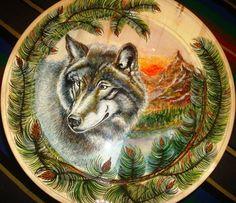 """""""Wolf"""" """"Вовк""""  Автори роботи: Світлана Ванжа (вовк) Наталія Підгірня (рослинність). Світлана рідна племінниця Наталії, тому це ще й родинна робота. Дерево, підлаковий розпис, 2011 р."""