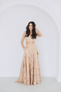 Luxurious rose gold heavy threadwork blouse and lengha set with organza frill stole. Desi Wedding Dresses, Indian Wedding Outfits, Indian Outfits, Lehenga Modern, Simple Lehenga, Gold Lehenga Bridal, Indian Bridal Lehenga, Gold Color Dresses, Gold Lace Dresses