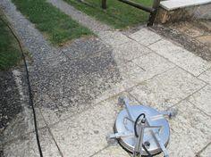 Vialetto in pietra naturale durante un lavaggio con tecnologia iDROwash.