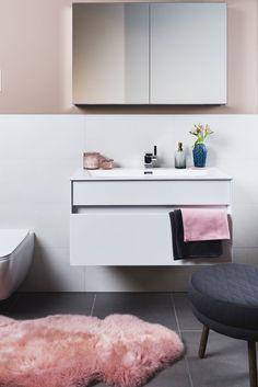 Badezimmer Makeover Ideen // Umstyling & Deko Inspiration // verspielt romantischer Einrichtungsstil in Rosa und Dunkelblau mit Kristallglas Accessoirres