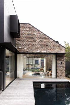 Le cabinet d'architecture et de design d'intérieur Studio Prineas a conçu la rénovation d'une maison, comprenant également l'intégration d'une extension moderne, à Kensington, banlieue du Sud-Est de Sydney, en Australie. La maison d'origine se compose d'une façade en briques avec un porche couvert. L'arrière de la maison abrite un tout nouvel ajout qui présente une forme minimaliste revêtue de bois noirci, tandis que la brique rouge recyclée aide à lier l'extension à la maison. Un mur de...