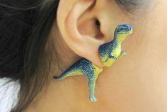 Jurassic Park am Ohrläppchen: Dino-Schmuck von OOOWorkshop  Endlich wieder mal was für das verspielte Kind in dir! Aus kleinen Spielzeug-Dinos basteln die kreativen Schmuckdesigner von OOOWorkshop megalustig...