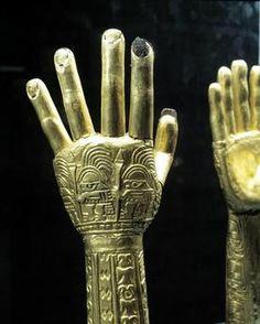 Arte Precolombino. Peru. Par De Manos Ceremoniales . Arte Chimu. Museo Oro Del Peru. Lima.