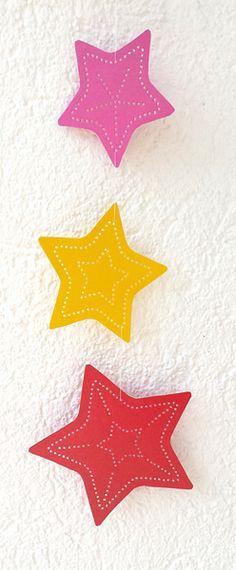Weihnachts-Deko-Mobile mit Sternen - Bastelbogen zum Prickeln - Rot/Gelb/Pink