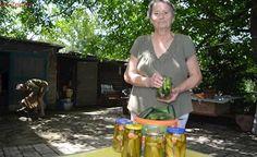 Vyzkoušejte tajný recept na nakládané okurky: Paní Viera ho používá už 57 let Outdoor Storage, Food And Drink, Drinks, Outdoor Decor, Drinking, Beverages, Drink, Beverage