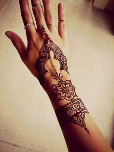 Bayanlar için zarif bir dövme tasarımı 1