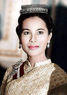 พระฉายาลักษณ์จาก เพจ ปู จิตกร บุษบาฑีฆายุกา โหตุ นาถปรมราชชนนีพันปีหลวงเนื่องในอภิลักขิตสมัยมหามงคล วันเฉลิมพระชนมพรรษา ๑๒ สิงหาคมข้าพระพุทธเจ้าขอพระราชทานพระรา King Bhumipol, King Rama 9, King Queen, King Thai, Thailand Fashion, Thai Fashion, Queen Sirikit, Royal Tiaras, Royal Queen