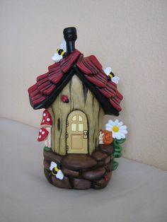 Mide 9 x 6 esta casa de hadas mano pintado cerámica bumble bee se rocía con un sellador por lo que es seguro que en tu jardín. Completo con abejorros,