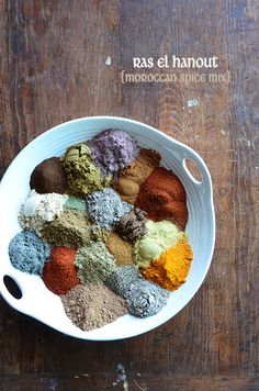 Take your Middle Eastern cuisine to the next level with this easy and healthy homemade Moroccan spice blend (Ras el Hanout)! Moroccan Spice Blend, Moroccan Spices, Homemade Spices, Homemade Seasonings, Spice Blends, Spice Mixes, Batatas Hasselback, Tagine, Cooking Recipes