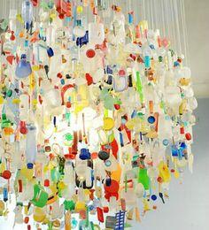 Lysekrone lavet af plastiklåg