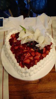Torta corazón para Matrimonio Civil, de merengue y frutos rojos proveniente de la huerta orgánica de Celery Servicios Gourmet