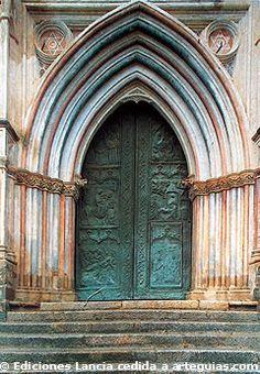 Portada gótico mudéjar del Monasterio de Guadalupe. Cáceres