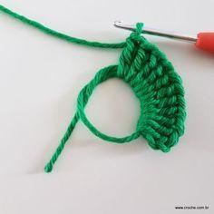 Neste passo a passo vamos aprender mais uma daquelas peças que deixam sua mesa toda estilosa!EsteSOUSPLAT cai como uma luva na decoração natalina. O fio verde Crochet Squares, Crochet Stitches, Knit Crochet, Crochet Patterns, Thread Art, Needle And Thread, Diy And Crafts, Arts And Crafts, Crochet Tablecloth