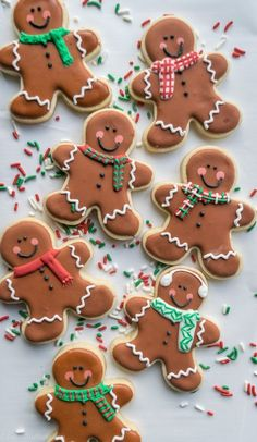 How to make cute Gingerbread Men sugar cookies for the holidays! Great recipe for a cookie swap. Gingerbread Man Cookies, Iced Cookies, Cookies Et Biscuits, Holiday Cookies, Holiday Treats, Decorating Gingerbread Cookies, Gingerbread Men Icing, Gingerbread Houses, Ginger Bread Biscuits