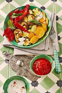 Mediterranes gebackenes Gemüse mit würziger Joghurt - Tomatensauce