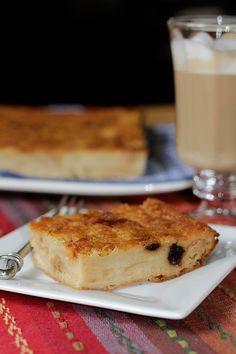 Sencilla y exquisita torta, preparada con pan duro. Lleva los ingredientes muy simples y fáciles de conseguir. El resultado final es maravilloso y el sabor, delicioso! www.antojandoando.com