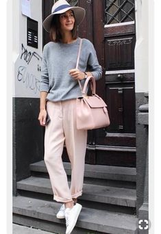 Casual outfit with blush coloured trousers, grey top, blush handbag and cute hat. Look Fashion, Street Fashion, Fashion Outfits, Womens Fashion, Fashion Ideas, Trendy Fashion, Laid Back Fashion, Fashion Fashion, Sneakers Fashion