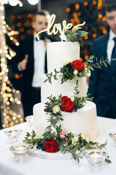 Трехъярусный торт, украшенный живыми цветами