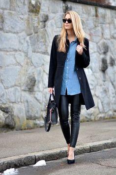 Schwarzer Mantel, Blaues Jeanshemd, Schwarze Enge Hose aus Leder, Schwarze Leder Pumps für Damen