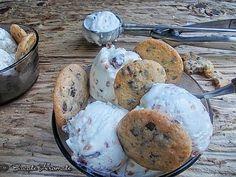 Îngheţata cu nuci şi stafide cuprinde o întreagă colecţie de arome şi texturi: e cremoasă, vanilată, are bucăţele de nuci crocante şi o aromă subtilă de rom. Parfait, Muffin, Breakfast, Rome, Morning Coffee, Muffins, Cupcakes, Morning Breakfast, Cupcake