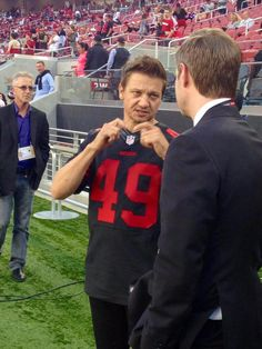 Jeremy @Renner4Real down on the field at the @49ers game tonight! Go 49ers! #JeremyRenner #SanFrancisco49ers