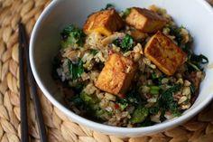 Paistettua riisiä tofun ja lehtikaalin kera