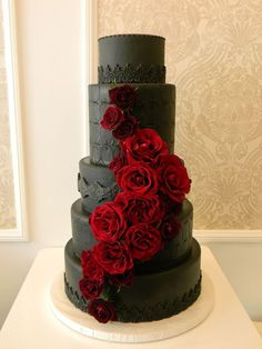18 Black and Red Wedding Color Ideas black wedding cakes 18 Black and Red Wedding Color Ideas Gothic Wedding Cake, Gothic Cake, Black Wedding Cakes, Wedding Black, Black Weddings, Medieval Wedding, Wedding Cupcakes, Romantic Weddings, Elegant Wedding