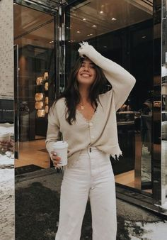 White linen trousers with high waist and cream blouse. Visit the daily dress - Sommer Dresses Mode - Simple Fall Outfits, Classy Outfits, Spring Outfits, Casual Outfits, Cute Outfits, Work Outfits, Winter Outfits, Dress Casual, Casual Clothes