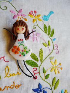 Uma boneca apaixonante com o tema do bordado português lenço dos namorados (by kutchikutchi, via Flickr)
