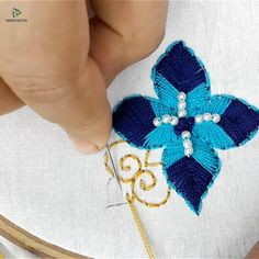hand embroidery flower design Best Picture For crochet llaveros For Your Taste You are looking for something, and it is going to tell you exactly. Hand Embroidery Patterns Flowers, Basic Embroidery Stitches, Hand Embroidery Videos, Embroidery Stitches Tutorial, Creative Embroidery, Learn Embroidery, Hand Embroidery Designs, Embroidery Techniques, Crewel Embroidery