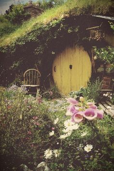 Dreamy Hobbit Hole Absolutely my dream house. A hobbit hole. Earthship, Casa Dos Hobbits, Fairy Houses, The Hobbit, Hobbit Door, Lord Of The Rings, Middle Earth, Fairy Tales, Beautiful Places