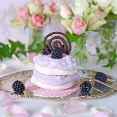 En läcker dessert med maräng och björnbär. Lollipop Candy, Candy Cookies, Swedish Recipes, Pavlova, Panna Cotta, Sweets, Fruit, Ethnic Recipes, Food