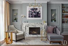 В гостиной: софа, Marie's Corner; кресло, JNL; столики, Century Furniture; ковер, TheRug Company; на стене фотоколлаж AES+F.