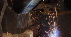 Cómo evitar que el metal se doble al soldar. La distorsión de calor resulta en la distribución desigual de calor a través de la superficie de metal que se está soldando y pueden ser lo suficientemente graves como para arruinar una pieza de trabajo soldada. Controlar la distorsión de calor no es una ciencia exacta y varía dependiendo del grosor y el tipo de metal que se está soldando y el ...