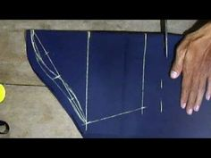 tutorial create sleeve pattern directly on the fabric Sleeve Designs, Blouse Designs, Sewing Hacks, Sewing Projects, Pola Lengan, Sewing Sleeves, Kebaya Brokat, Kurti Sleeves Design, Sewing Blouses