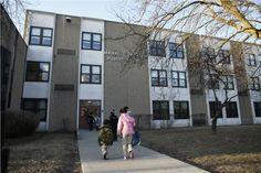 Alumnos de la primaria Mahalia Jackson entran a la escuela, que será eliminada junta a decenas más el próximo ciclo escolar. JOSÉ M. OSORIO | CHICAGO TRIBUNE