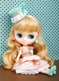 I love Blythe dolls.