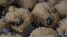 These no-bake vegan cookie dough bites require 8 simple ingredients and take only 5 minutes to prepare. A vegan desserts recipe that's easy to make with a gluten-free option. Great vegan after school snack for the kids or for movie night with the family. Vegan Lunch Recipes, Best Vegan Recipes, Vegan Dinners, Vegan Desserts, Best Vegan Breakfast, Vegan Breakfast Recipes, Clean Eating Sweets, Vegan Cookie Dough, After School Snacks
