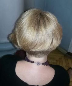 bob haircut for thick lush hair does not require special packing Стрижка боб для пышных густых волос. Вид №1 затылочная область. Стрижка не требует специальной укладки, с легкой ассиметрией
