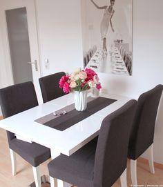 weißer Tisch, HENRIKSDAL Stühle mit dunkelgrauen Dansbo Bezügen & immer frische Blumen :)